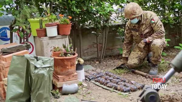 Dal giardino spunta un vero e proprio arsenale: l'Esercito scava con le benne e trova bombe a mano e proiettili