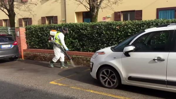 Coronavirus, sanificazione delle strade: getti a base di ipoclorito di sodio