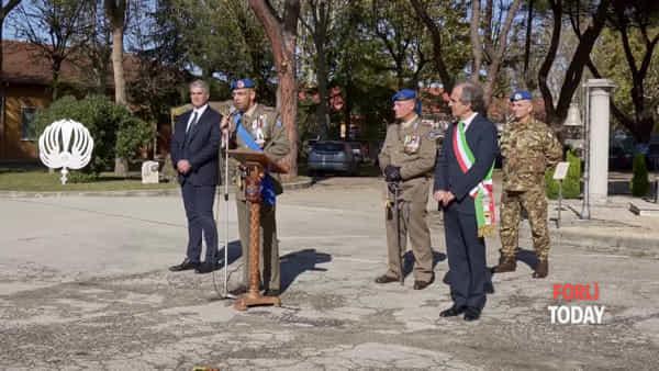 Festa delle Forze Armate, porte aperte alla De Gennaro. I bimbi cantano l'Inno e sventolano il tricolore