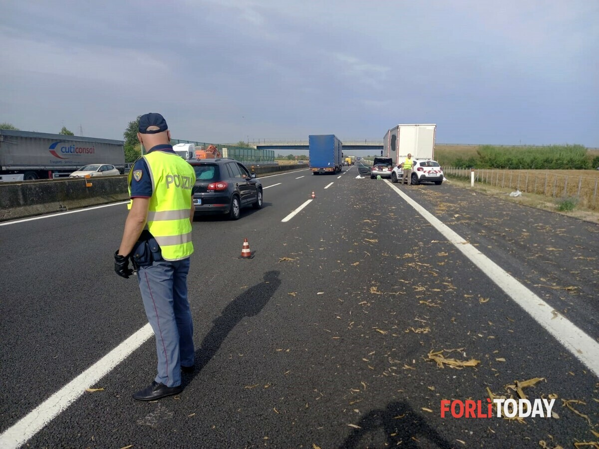 Non si ferma la scia di sangue sulle strade della Romagna: scontro auto-camion in A14, un morto ed un ferito