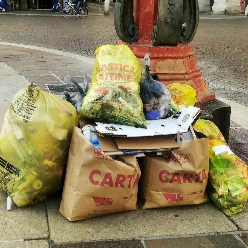 Fridays for future, i volontari a caccia di rifiuti tra il quartiere dei Portici e piazza Saffi