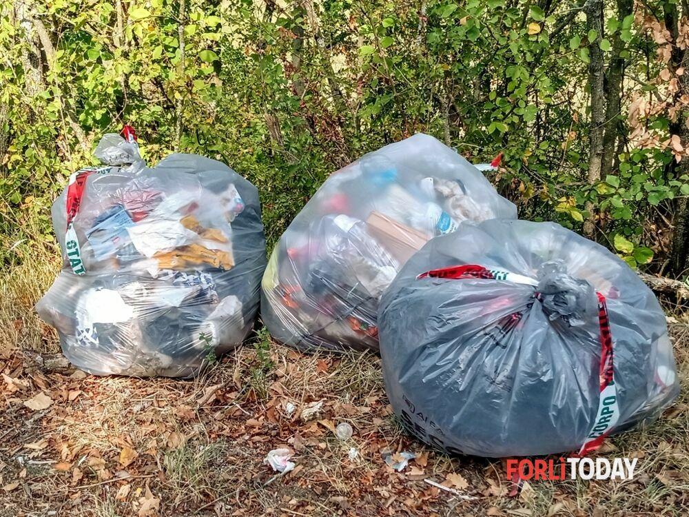 Sacchi di spazzatura lungo le strade