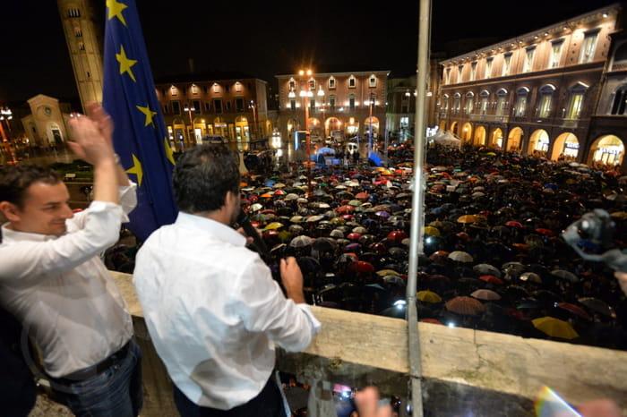 Salvini si affaccia dal balcone su piazza Saffi, 03-05-2019