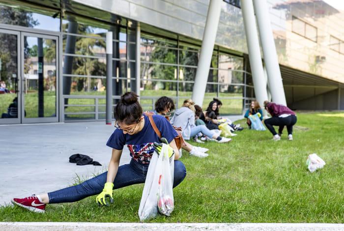 Studenti universitari in campo contro i rifiuti abbandonati