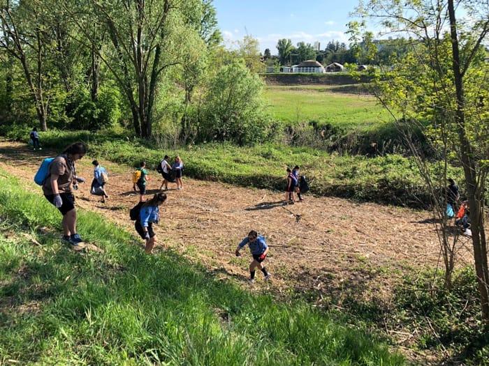 Giovani liberano il fiume dai rifiuti